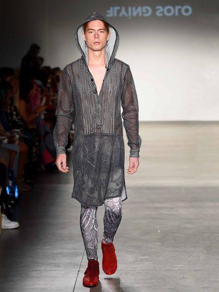 גלביה קצרה מקועקעת מרשת עם חורים גדולים / שחור לבן, מתצוגת האופנה של Flying Solo בשבוע האופנה בניו-יורק (צילום: גטי אימז')